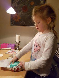Ida i gang med udpakning af julemorgen-gave