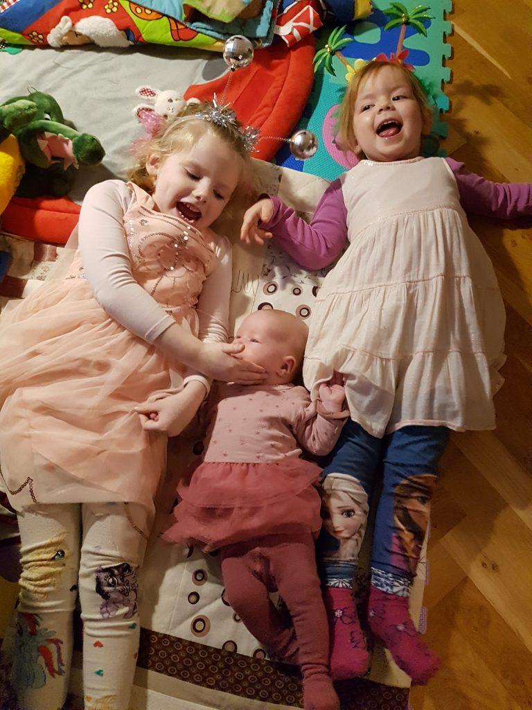 De tre lækre kusiner hygger på gulvet