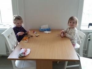 Pigerne har fået påskeæg fra Morfar og Bedste Grete