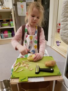 Ida skræller kartofler og gulerødder