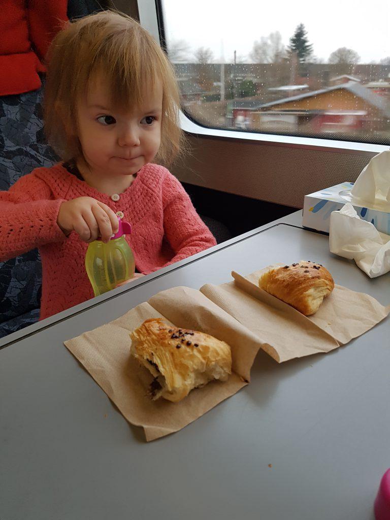Møjsengøjsen klar til fortærring af croissant i toget på vej hjem til Mormor