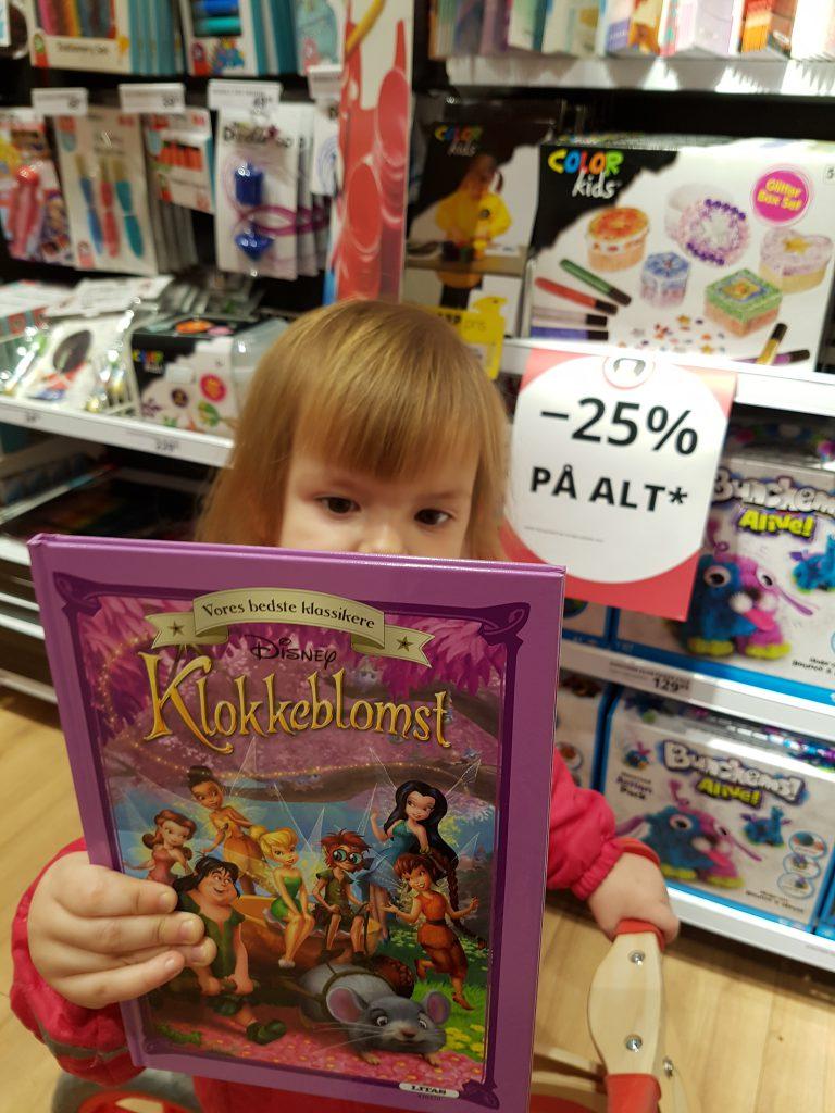Maya har fundet en bog til ønskesedlen