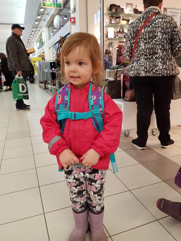 Maya med sin nye børnehave-tur-rygsæk