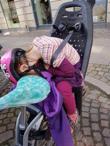 Trætte Mayamus, der faldt i søvn på vejen hjem