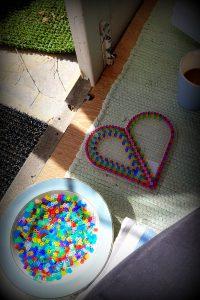 Mor slappede af med kaffe og perleplade, mens pigerne legede på terassen