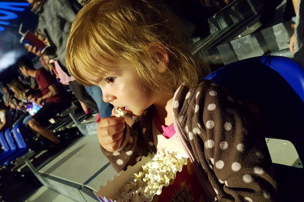 Så længe der var popcorn var der ro!