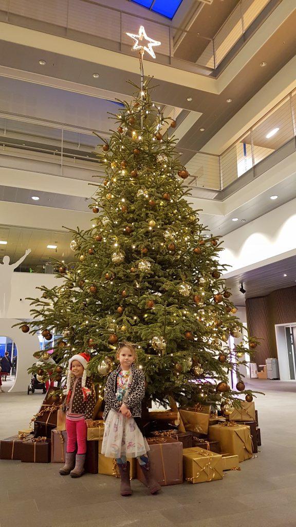 Pigerne til juletræsfest på Mors arbejde