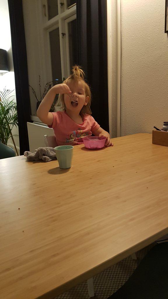 Maya i gang med 2. omgang aftensmad