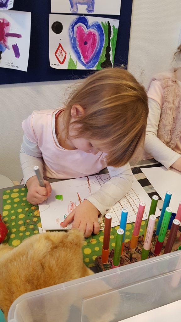 Maya tegner i børnehaven