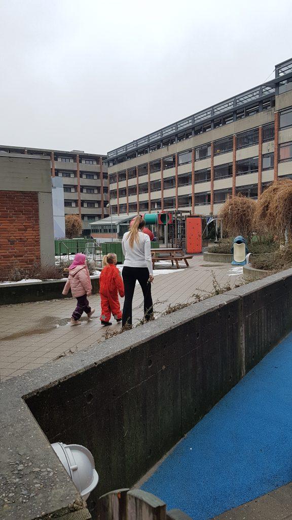 Ida og Ella med pædagogmedhjælper Freja på rundvisning