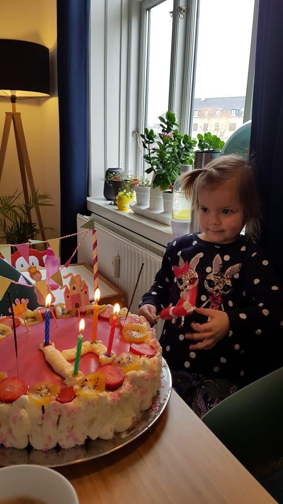 Fødselsdagskage med lys, stjernekastere og sang. Lettere betuttet Maya