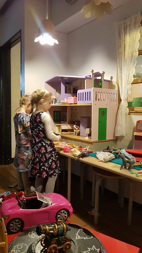 Ida og Vilje leger med Barbie