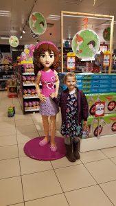 Ida var temmelig fascineret af den kæmpestore Lego figur