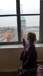'Mor, Jeg kan se tårnet der hvor René og Anne boede før!'