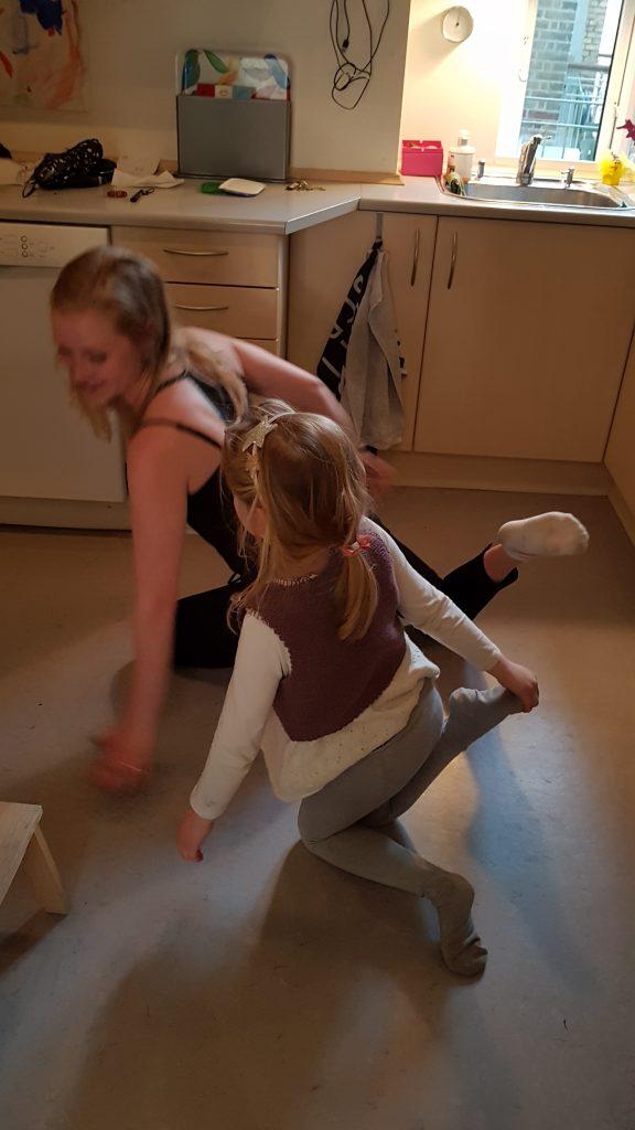Joan lærer Ida at lave yoga