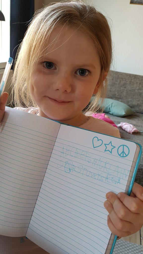 Ida har selv skrevet helt alfabetet. Helt klar til skolestart!