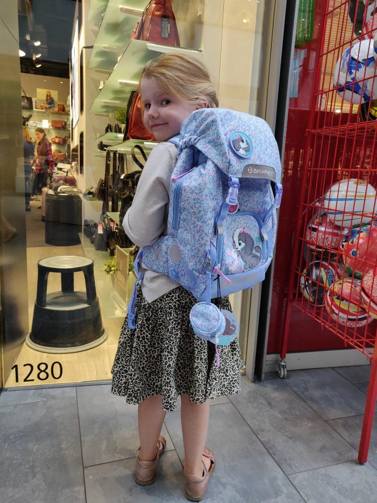 Ida fremviser sin nye skoletaske