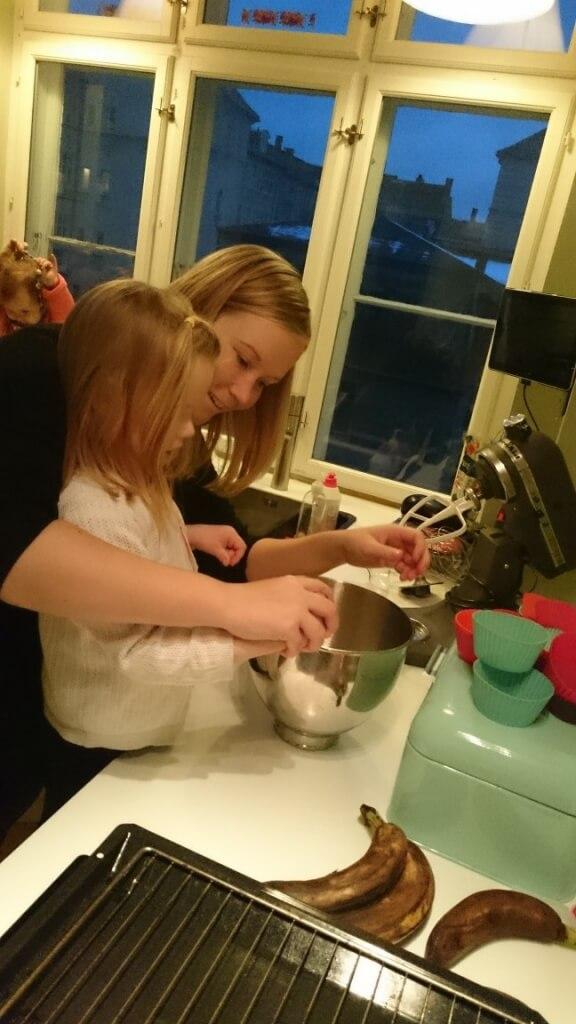 Jane og Ida laver banankage