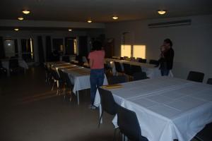 Mor, Mormor, Farmor, René, Anne og Julie dækkede borde