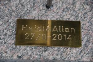 ...med navn og dato graveret i plade
