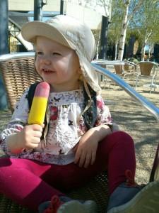 Ida nyder en is i Zoo sammen med Jane