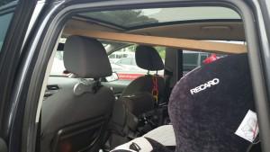 Mor måtte lige have assistance fra et ægtepar for at få bordpladen ind i bilen