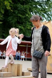 Ida og Mormor på legepladsen