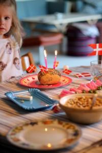 Fødselsdags-rundstykke med tre lys