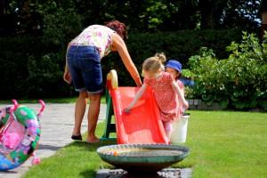Mor skraldede en rutschebane og Farmor og pigerne vaskede den. Så var der leg i haven!