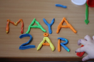 Maya fik modellervoks i fødselsdagsgave