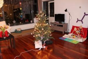 (Plastik-)juletræet med sin pynt og gaver