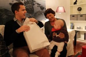 Far hjælper Ida med at åbne hendes gave