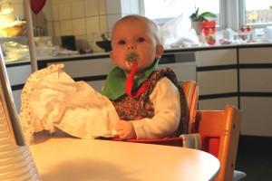 Ida hjælper farmor med at pakke gaver ud