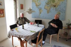 Farfar og Erik nyder en øl
