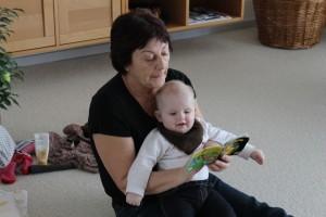 Ida og Farmor læser Pixi-bøger