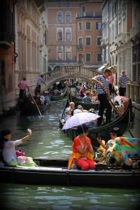 Venedigs kanaler med gondoler