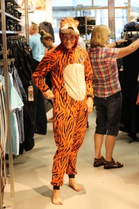 Julie i sin nyindkøbte tigerdragt