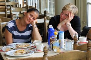 Trætte damer, som har spist alt for mange pandekager