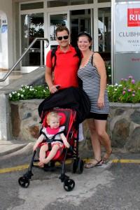 Familien Tut foran hotellet