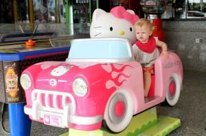 Ida kører tur med Hello Kitty