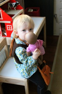 Ida er blevet SÅ glad for dukke Sally, som får mange myssere, krammere, vand og bananer :)