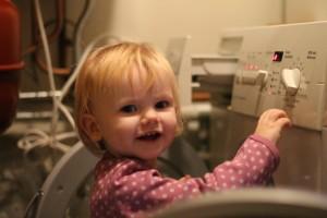 Den lille pilfinger hjælper mor med tøjvasken