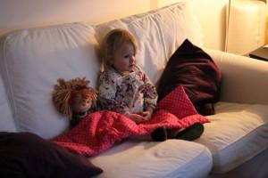 Ida og Dukke Lise holder hyggestund under Lises dyne med Bamse og Kylling
