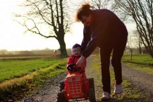 Bedste Grete skubber Ida på Onkel Renés gamle traktor
