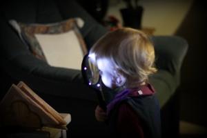 Ida låner Olde Anes seje lup, som har lys!