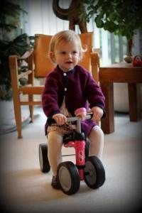 Den stolte Ida på sin nye løbecykel. Idas absolutte yndlingsjulegave!
