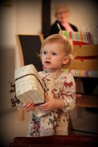 Ida hjælper Farmor med at lægge pakkerne under juletræet