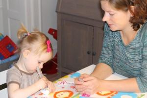 Mor observerer og sørger for at Ida fortrinsvist maler på hjerterne og mindre på ansigt, tøj, bord og alt andet i nærheden