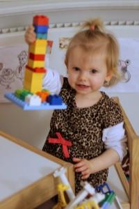 Ida ELSKER at bygge med Duplo