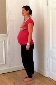 Mor iført joggingtøj og 2700 gram baby